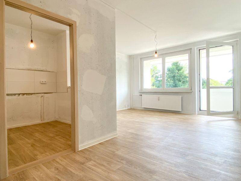 Blick in die Küche und Wohnzimmer
