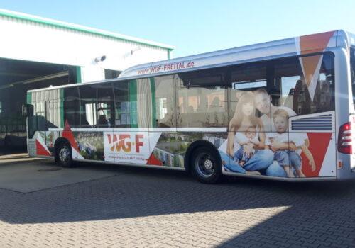 Reisedienst Hammer Freital, Bus mit Werbung der Wohnungsgesellschaft Freital mbH, kurz WGF, Foto Heiko Hammer