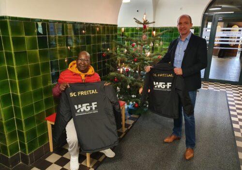 Übergabe des Jacken an den SC Freital um Candido Mahoche durch WGF-Geschäftsführer Henryk Eismann, Foto Daniel Wirth