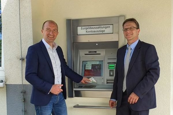 Glück-Auf-Straße 3, Probelauf am Sparkassenautomaten, Foto: WGF